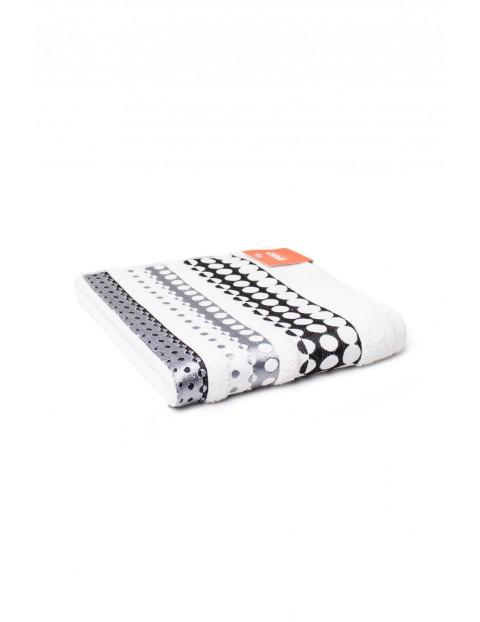 Ręcznik bawełniany w kolorze białym ozdobne wzorki 50x90 cm