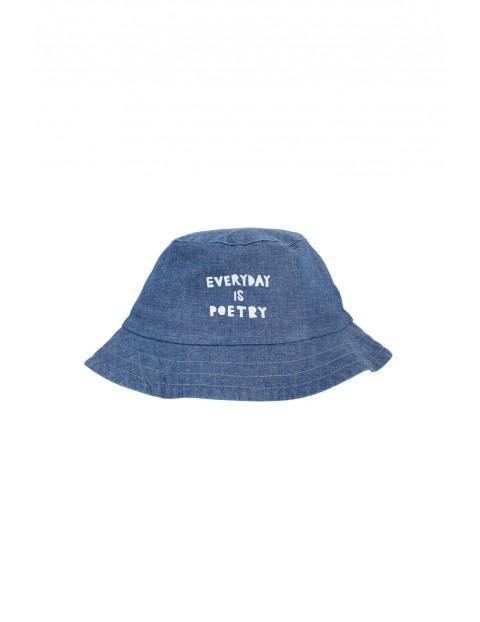 Modny kapelusz dziecięcy z cienkiego, niebieskiego jeansu
