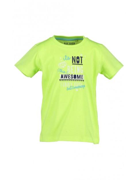 Koszulka chłopięca w limonkowym kolorze z kolorowymi napisami