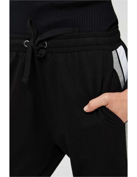 Spodnie dresowe damskie czarne z lampasami