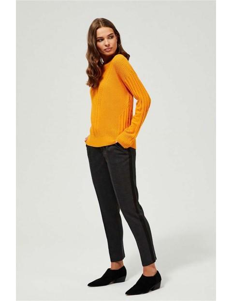 Sweter damski w prążki - musztardowy