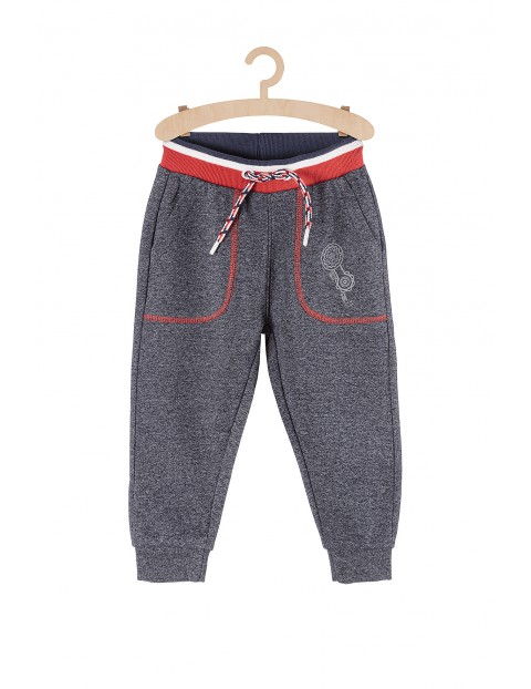 Spodnie chłopięce dresowe z odblaskami przy kieszeni