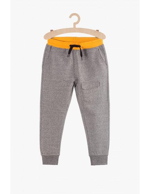 Spodnie chłopięce dresowe szare z kieszenią z przodu