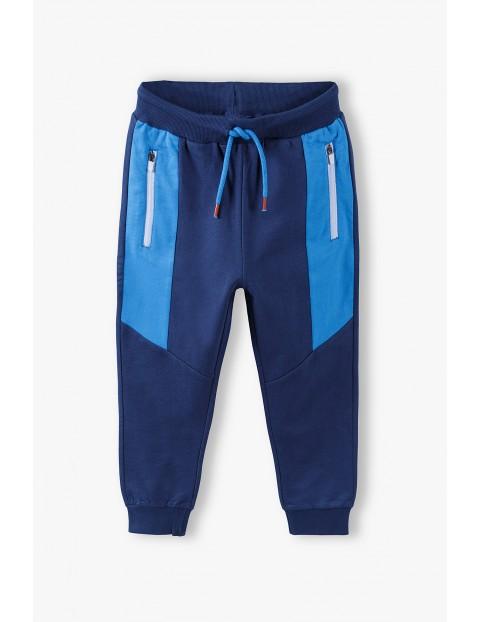 Spodnie dresowe chłopięce - granatowe z niebieskimi wstawkami