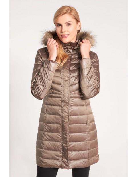 Jasnobrązowa długa kurtka zimowa z futrzanym kapturem