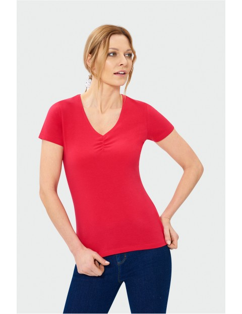 Czerwony t-shirt damski z dekoltem w serek