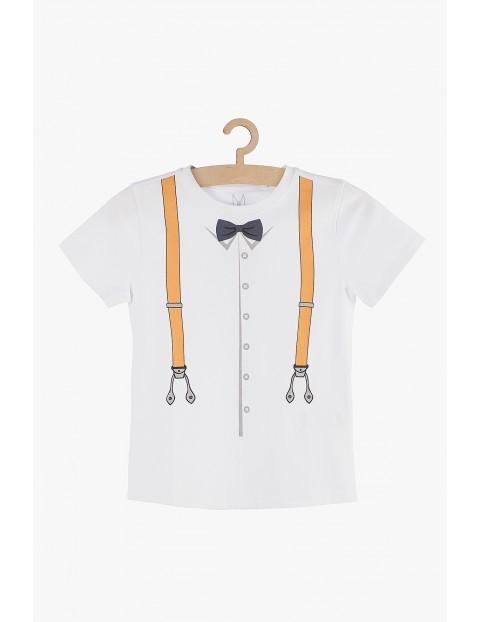 T-shirt chłopięcy z imitacją szelek i muchą