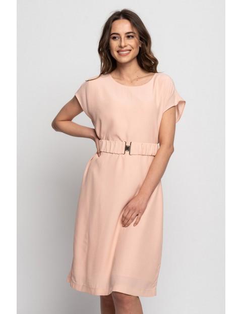 Różowa sukienka w ozdbnym paskiem