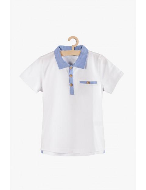 Biały t-shirt z niebieskimi wstawkami