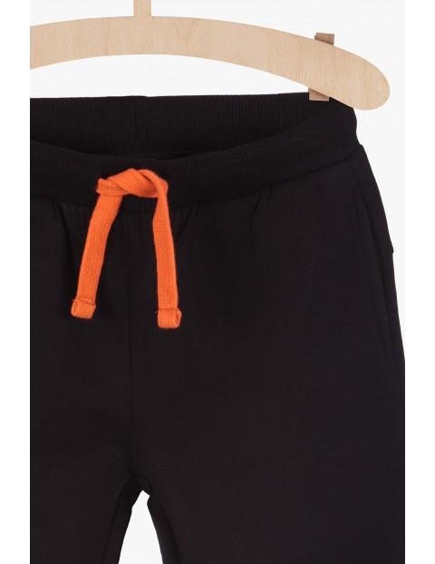 Dresowe spodnie z pomarańczowymi kontrastowymi nadrukami