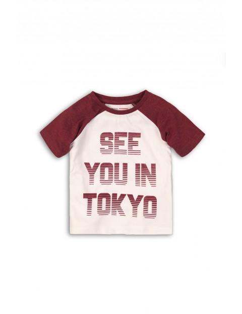 T-shirt z bordowymi rękawkami i napisem