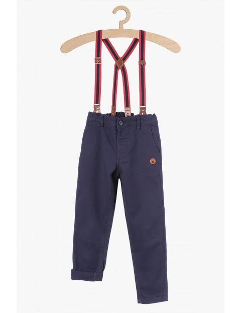 Granatowe spodnie z eleganckimi szelkami
