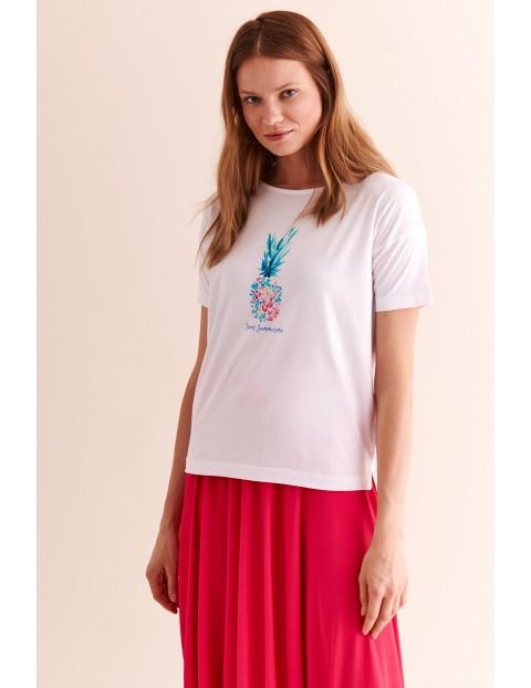 Luźny, damski t-shirt z nadrukiem - biały