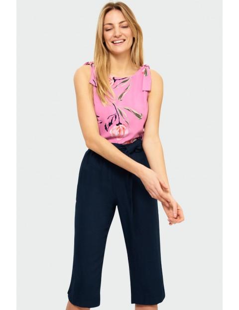 Granatowe spodnie damskie w kwiaty - 3/4 nogawka