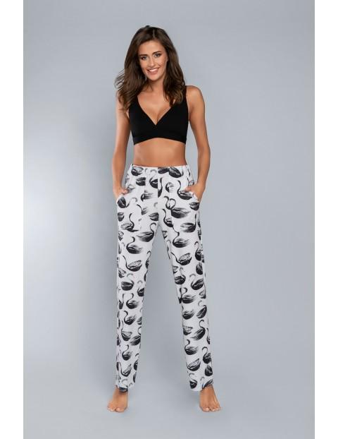 Długie białe spodnie piżamowe damskie w czarne łabędzie