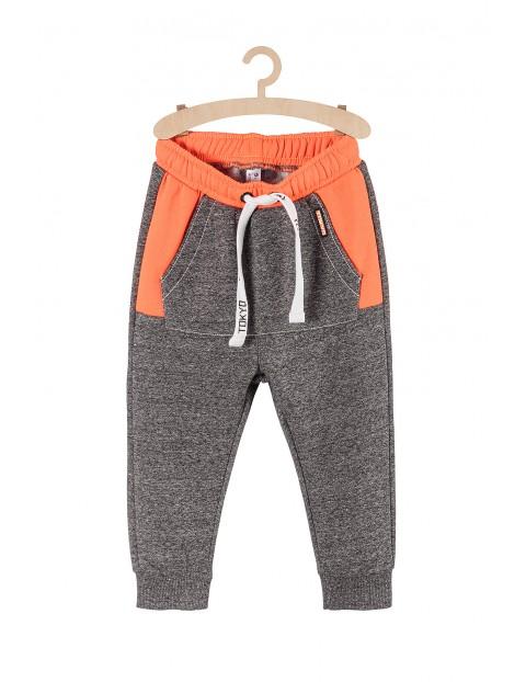 Dresowe spodnie dla chłopca- szare z pomarańczowymi wstawkami