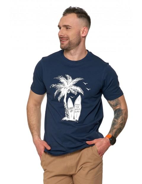 T-shirt męski z wakacyjnym nadrukiem palm oraz desek surfingowych.