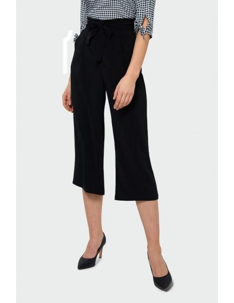 Czarne spodnie damskie z paskiem typu kulot