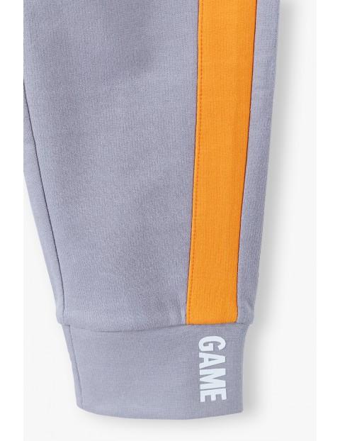 Bawełniane spodnie dresowe chłopięce w kolorze szarym