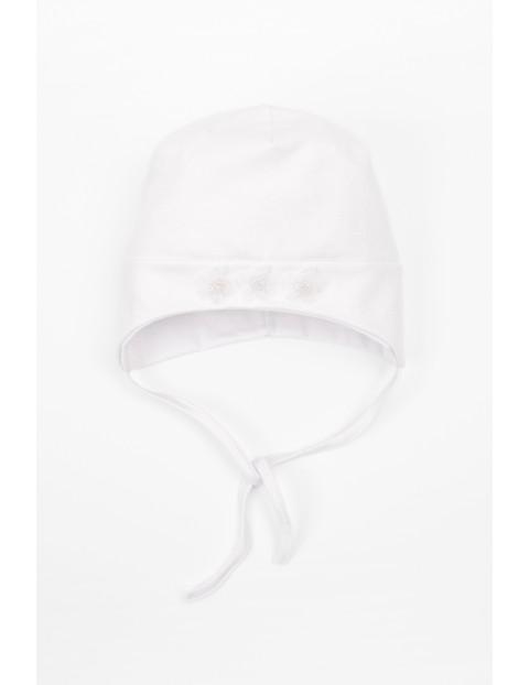 Biała wiązana pod szyją czapka dla niemowlaka