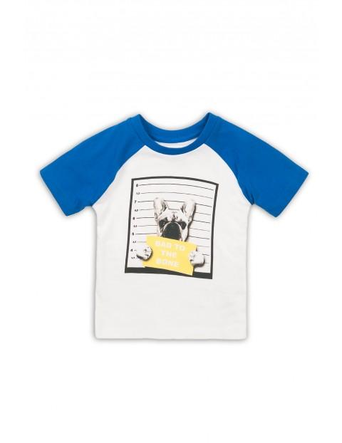 Biały t-shirt z nadrukiem i niebieskimi rękawami