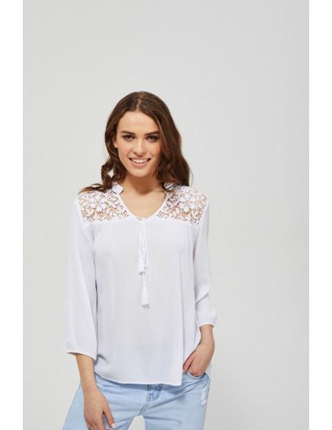 Biała wiskozowa koszula damska z koronką i wiązaniem przy dekolcie