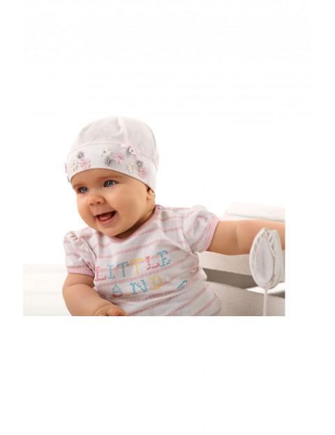 Czapka niemowlęca różowa ozdobiona kwiatkami