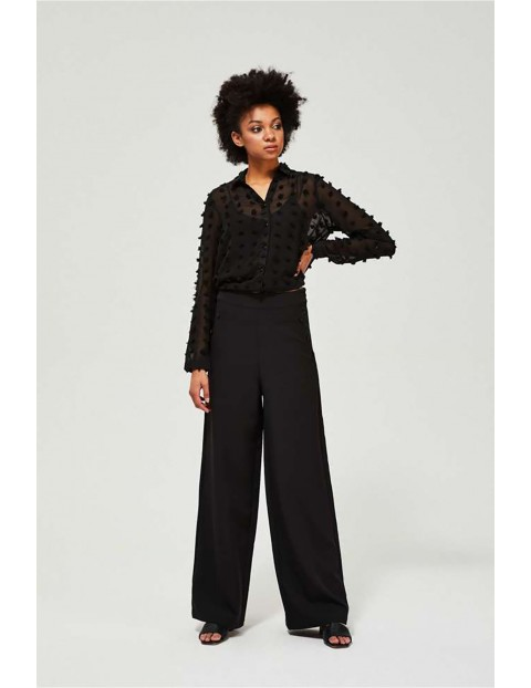 Czarne spodnie damskie typu szwedy z rozszerzaną u dołu nogawką