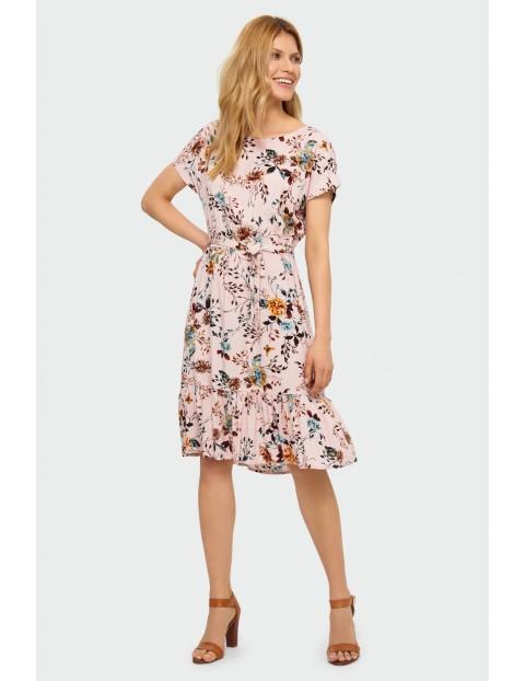 Wiskozowa sukienka z kwiatowym nadrukiem podkreślona talia różowa