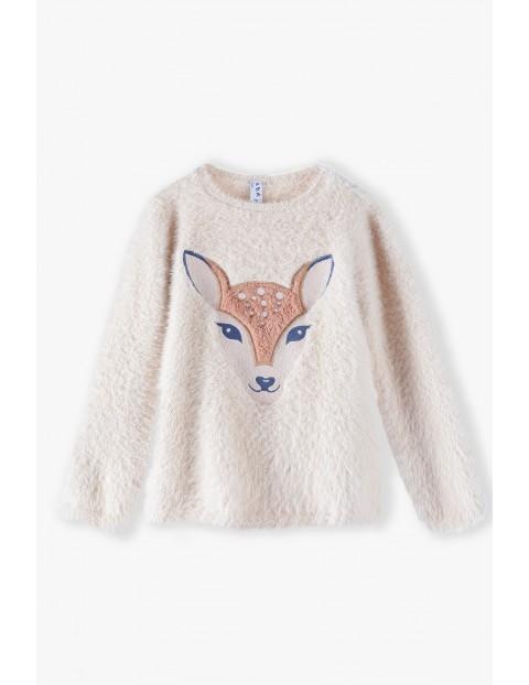 Beżowy włochaty sweter dziewczęcy z sarenką