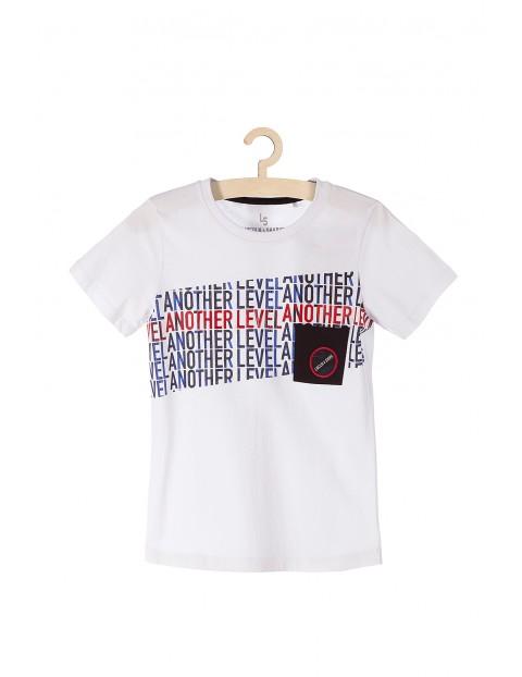 T-shirt chłopięcy biały z napisami i kieszenią