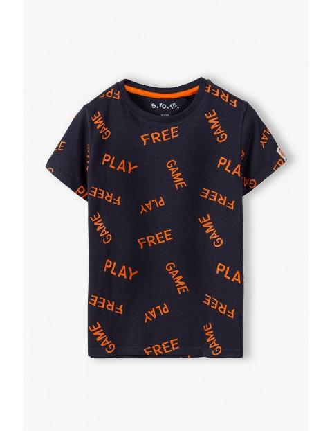 Bawełniany t-shirt chłopięcy w kolorze czarnym z kontrastowymi pomarańczowymi napisami