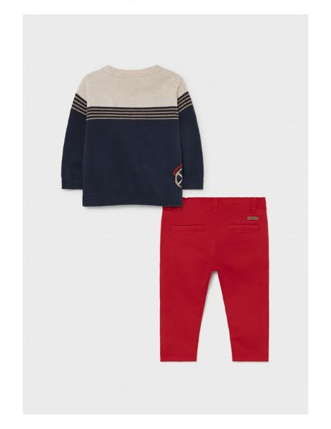 Komplet chłopięcy Mayoral - sweter z nadrukiem i czerwone spodnie