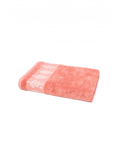 Bawełniany ręcznik w kolorze łososiowym o wymiarach 70x140 cm