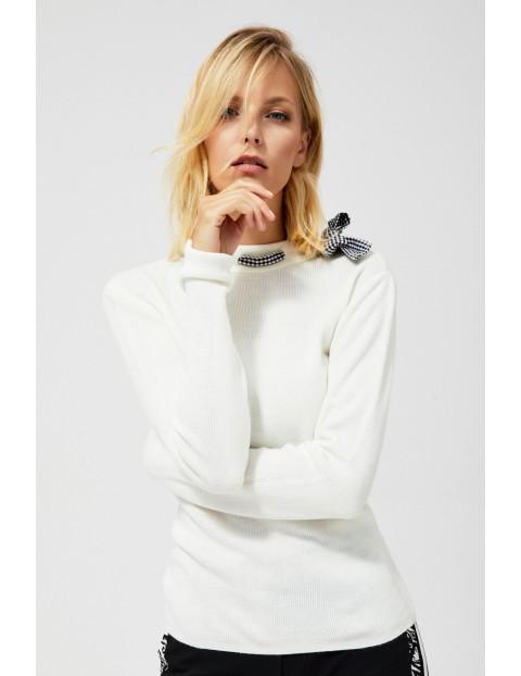Biały sweter z ozdobną kokardką