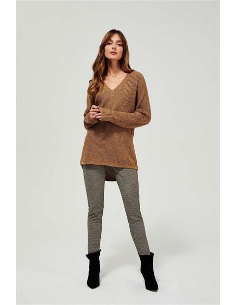 Sweter damski - brązowy w sercu
