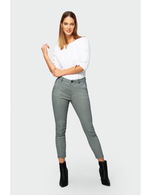 Bawełniane spodnie damskie w biało - czarną kratkę - 7/8 nogawka