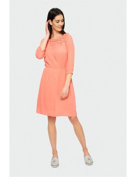 Koralowa sukienka z rękawem 3/4 i dekoltem typu carmen