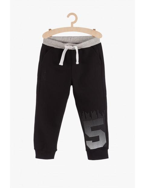 Czarne dresowe spodnie dla chłopca- nadruk na nogawce