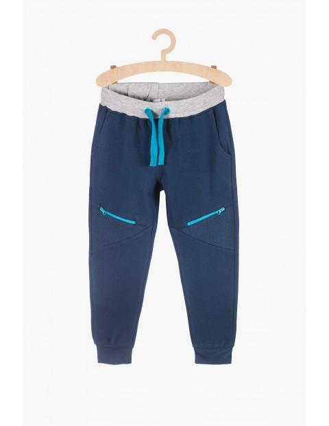 Spodnie dresowe dla chłopca - granatowe z niebieskimi wstawkami