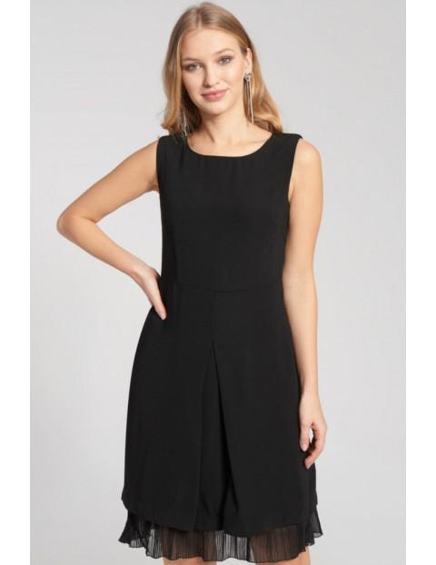Czarna sukienka z tiulowym wykończeniem u dołu