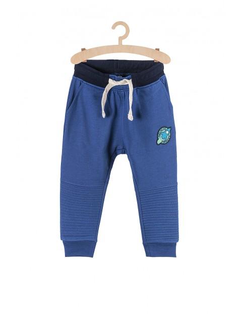 Dresowe spodnie dla chłopca- niebieskie z naszywkami