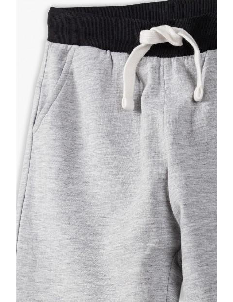 Spodnie dresowe chłopięce w kolorze szarym