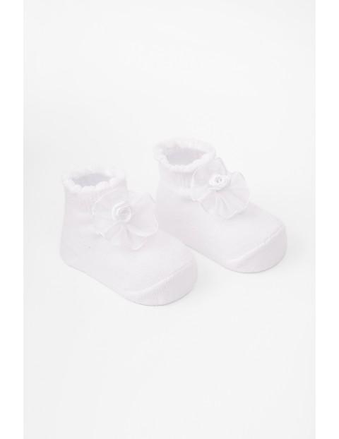 Skarpetki białe niemowlęce z kwiatkiem