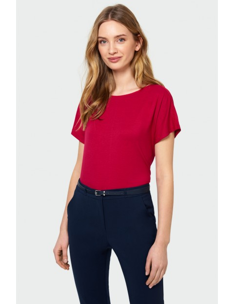 Klasyczny czerwony top z satynową lamówką przy dekolcie- ubrania dla kobiet
