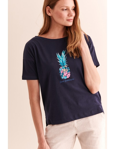 Luźny, damski t-shirt z nadrukiem - granatowy