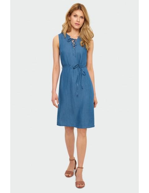 Niebieska sukienka z lyocellu z dekoracyjnym rozcięciem przy dekolcie