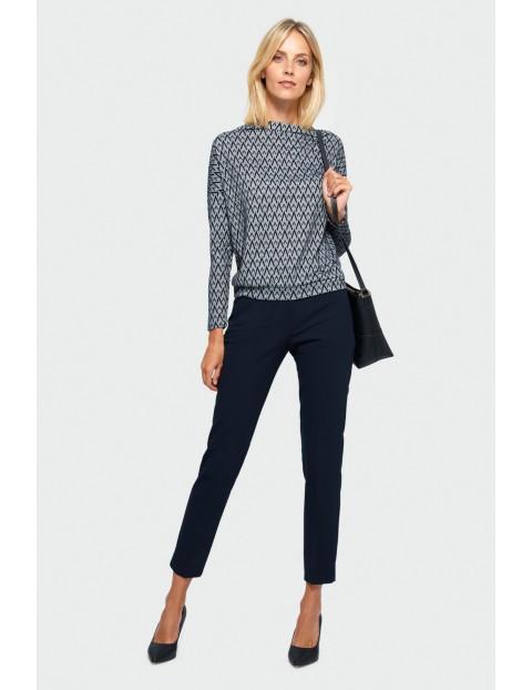 Wzorzysty sweter damski o luźnym kroju