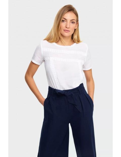 Elegancka bluzka damska z koronkowymi aplikacjami- biała