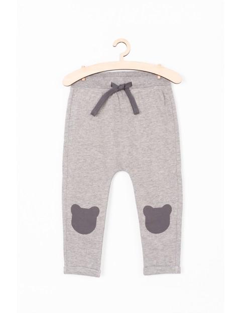 Spodnie dresowe z ozdobnymi łatami